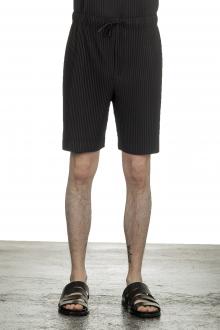 Homme Plissé Issey Miyake Plissierte Shorts in Midi-Länge schwarz