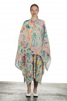 ISSEY MIYAKE PLEATS PLEASE Stola mit abstraktem Print mehrfarbig